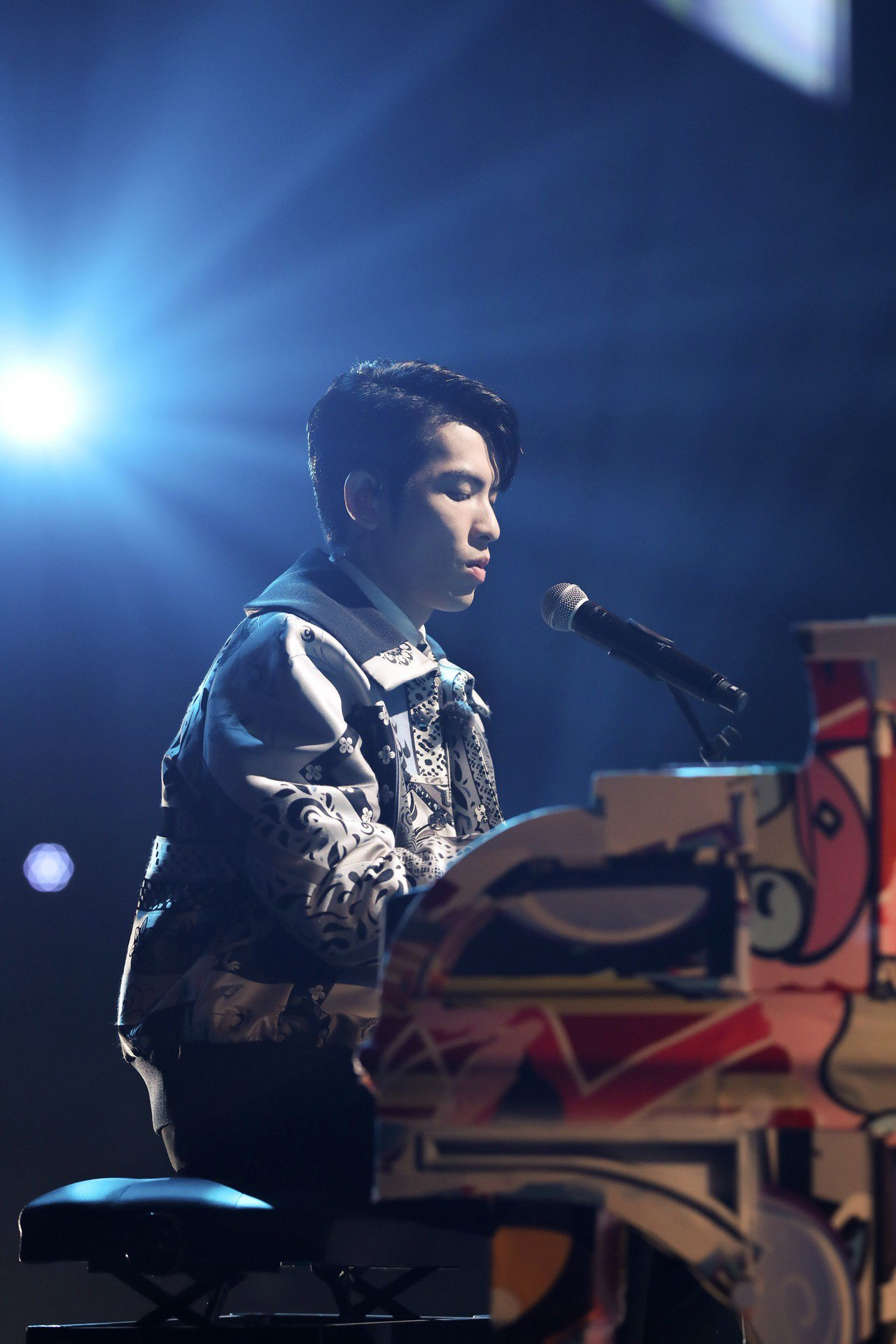 蕭敬騰於表演節目中穿上夏姿秋冬男裝。圖/夏姿提供