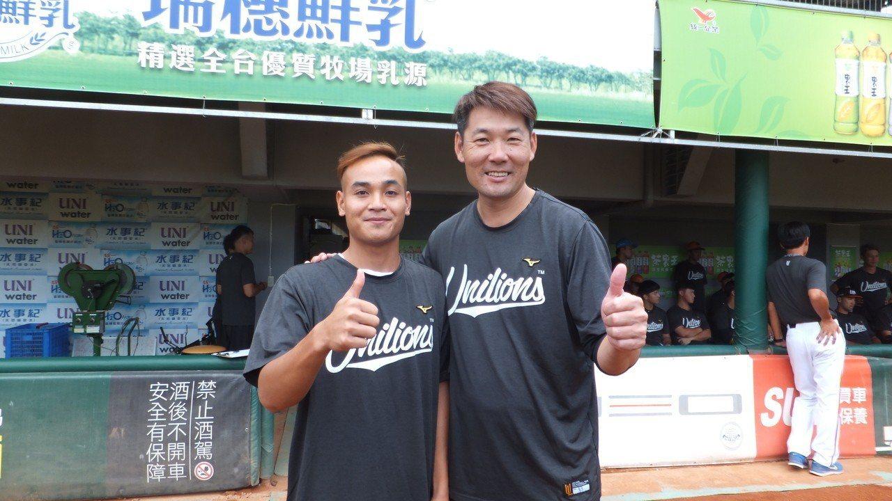 獅隊總教練黃甘霖(右)歡迎張偉聖入隊,認定他是破壞型」打者。記者藍宗標/攝影