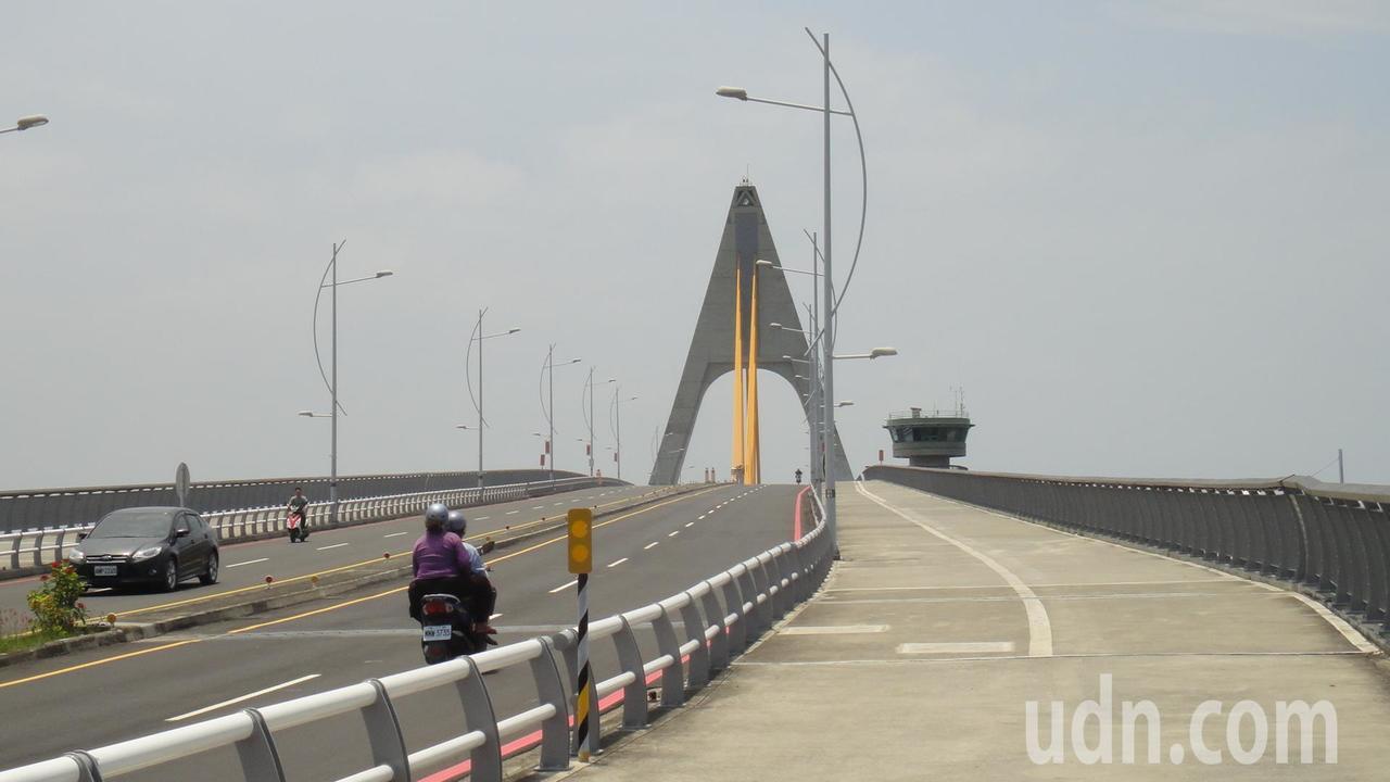 通常走路上鵬灣跨海大橋需要10分鐘且路邊均劃設紅線禁止臨停,因此許多民眾貪圖方便...