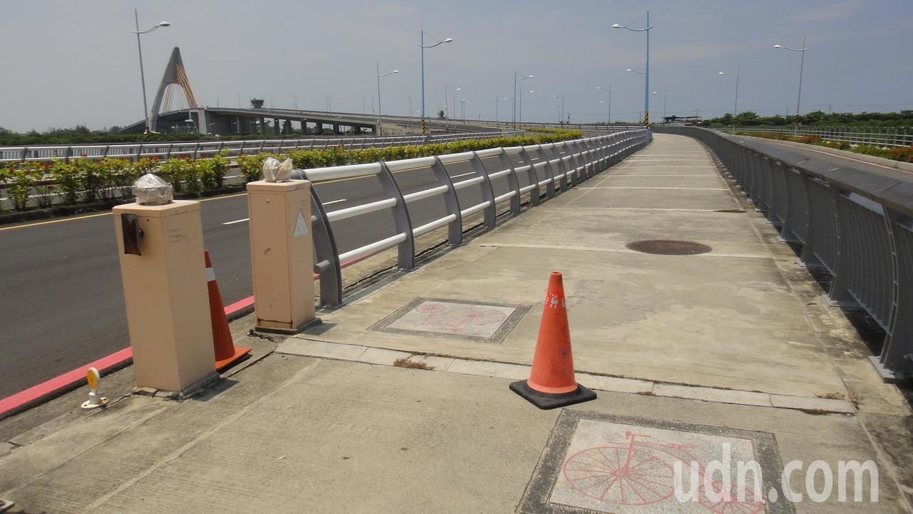 鵬灣跨海大橋的人行道相當寬敞又礙於必須讓自行車通行,上橋處才無法設置阻車橫桿,僅...