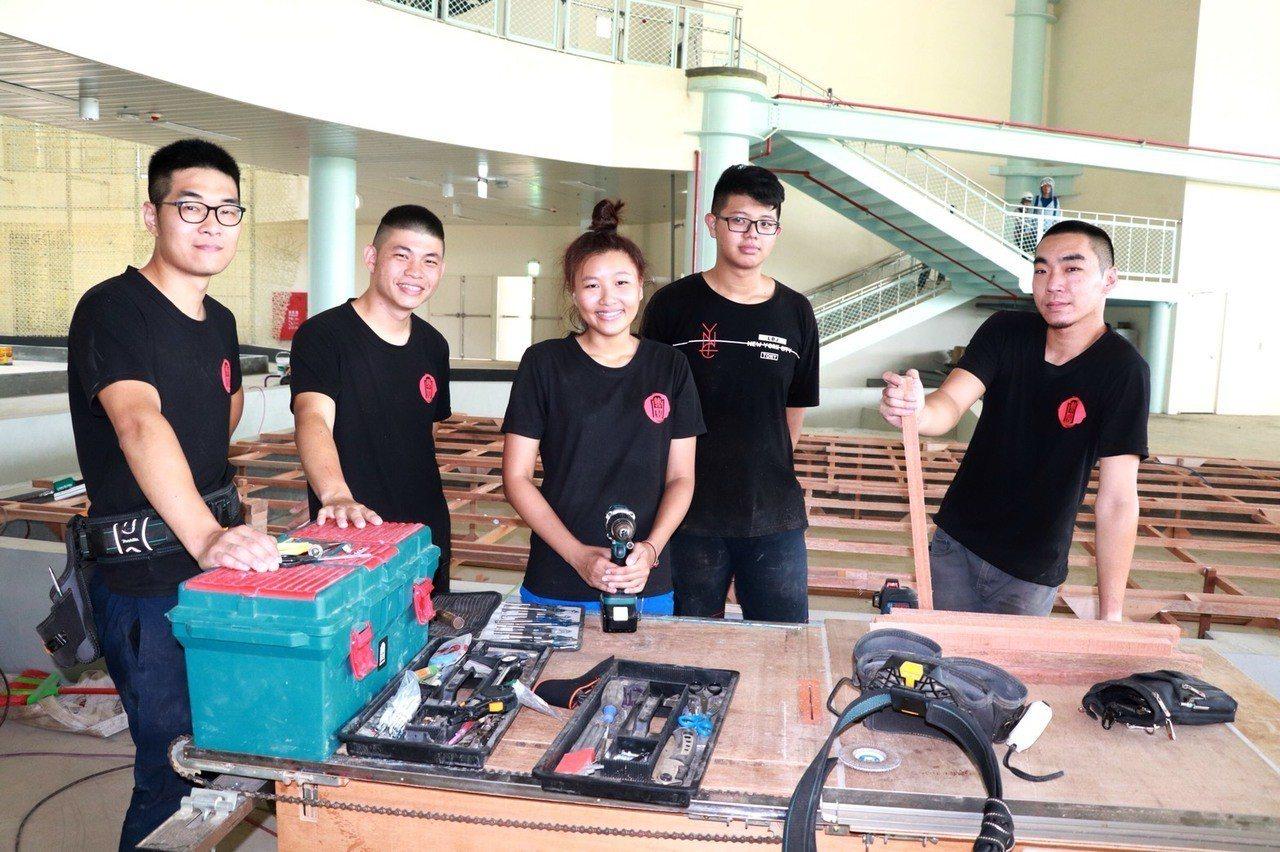 曾獲木工銅牌的吳名訢(前排右三)與友人合資創業。圖/勞動力發展署雲嘉南分署提供