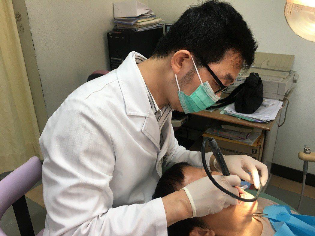 南投醫院牙科主任曾光暉提醒根管治療病患,最好做牙套同時避免咬太硬的食物,免得牙齒...