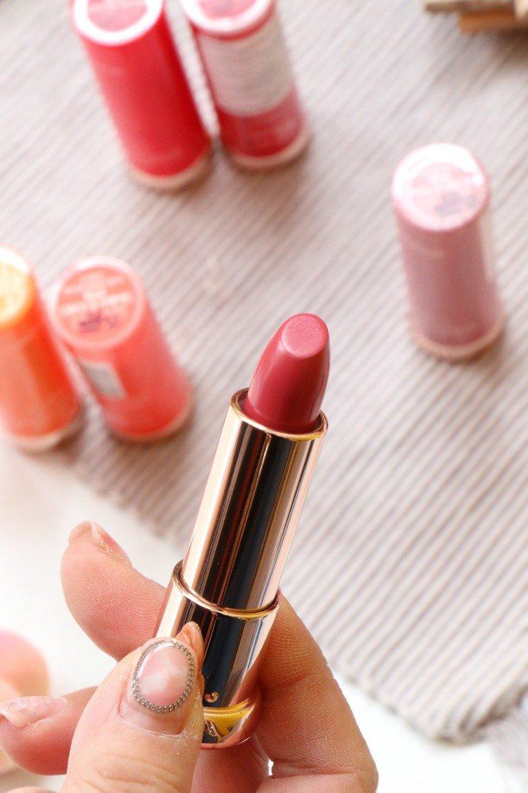 SKINFOOD 24小時輕吻柔霧唇膏12色中,乾燥玫瑰色系依舊是台灣女性的最愛...