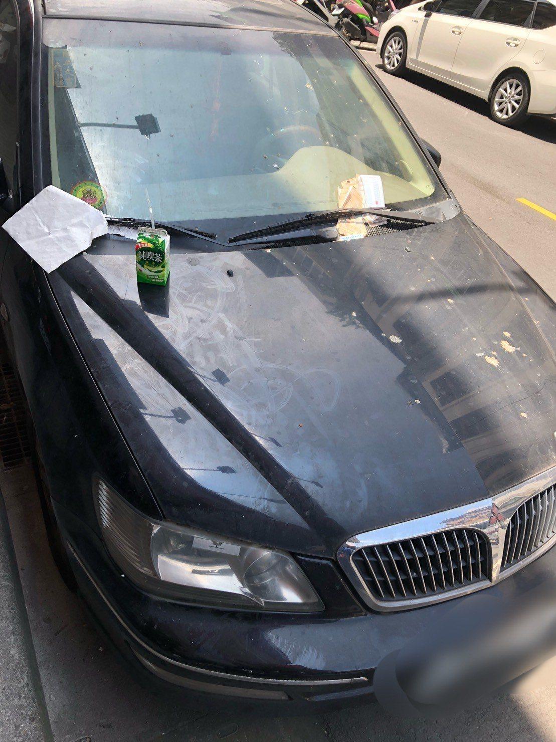 台北市議員王閔生今在市議會交通部門質詢時爆料,指自己選區有輛車一停就是252天,...