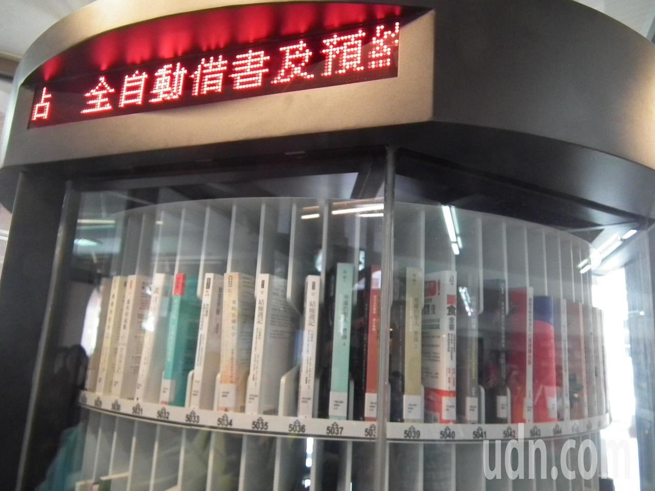 24小時自助取書系統機台外觀就像是一台圓轉型販賣機般,機器內有400本藏書介紹。...