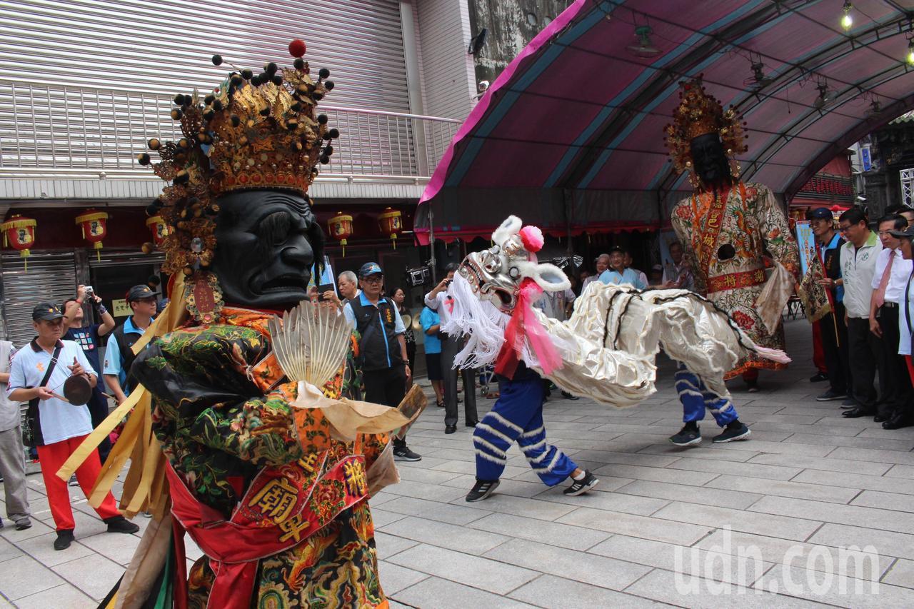 嘉義城隍廟每年的「城隍夜巡諸羅城」都推出不同特色,今年結合「龍鳳金獅陣」,與大二...