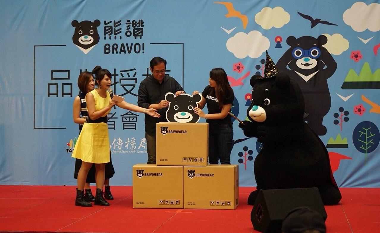 台北市吉祥物「熊讚」人氣居高不下,北市府觀傳局推出首批授權商品,包括熊讚銀飾組、...