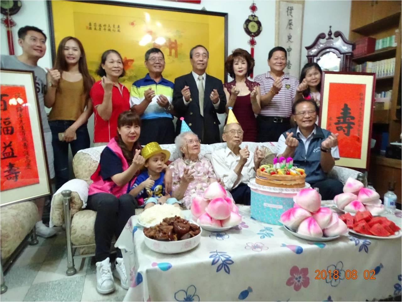 榮民服務處為百歲榮民陳仕鋒(前排右2)慶生。圖/桃園市榮民服務處提供