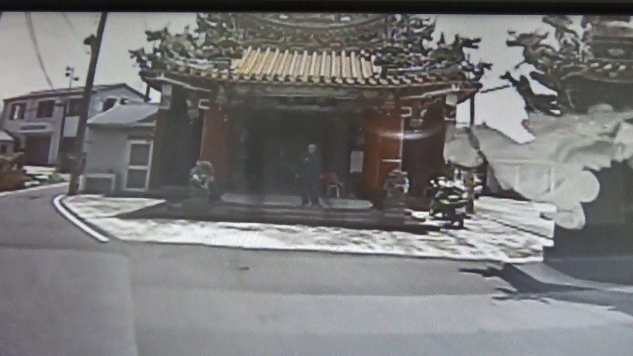 出現熱衰竭的郵務士就近到寺廟休息,同事幫忙叫救護車。記者謝恩得/翻攝