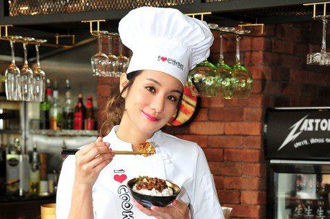 莎莎向「食尚玩家」告假一周,但她工作不受影響,依舊以「吃貨」形象接下「2018台灣滷肉飯節」代言。今她在台北車站出席啟動記者會,現場拜師學習道地滷肉飯的作法,並大方提到自己曾一口氣吃下3碗滷肉飯,媽...