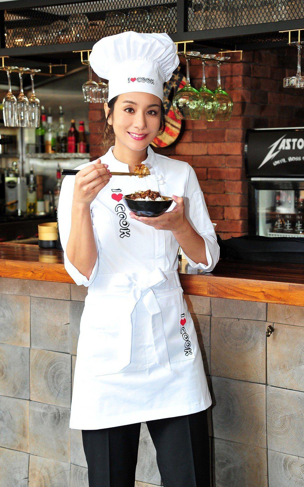 莎莎熱愛滷肉飯。圖/經紀部商業司提供