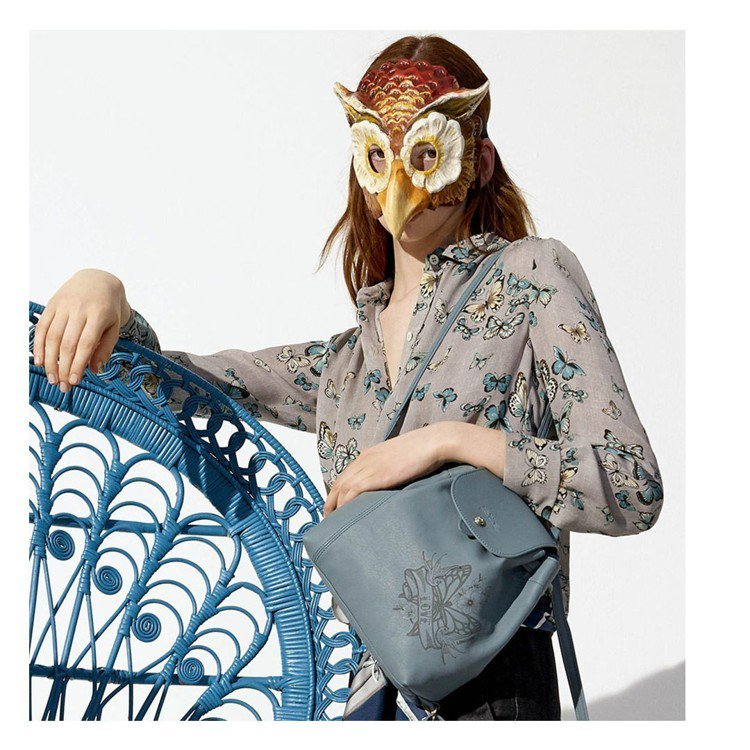 LONGCHAMP 以刺青概念表現包款上的蝴蝶和銀蓮花圖樣。圖/LONGCHAM...