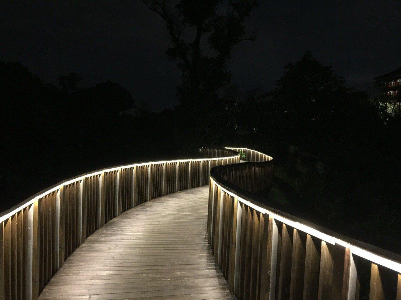 木棧道晨昏美境不同。記者羅建怡/攝影