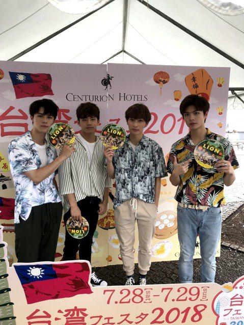 伊林娛樂日系搖滾樂團noovy 6月底飛往日本為單曲「LION DANCE」、「我們的花火」展開巡演,準備9月推出新專輯。他們這趟宣傳恰巧碰上日本夏季熱浪、颱風、豪雨來攪局,因為天氣實在太熱了,在戶...