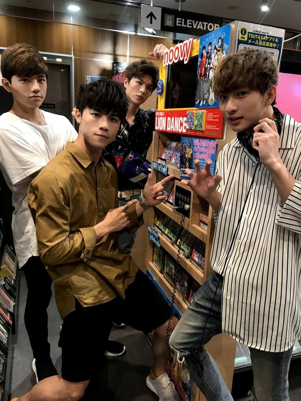 noovy在日本唱片行巡視自己的櫃點。圖/伊林娛樂提供