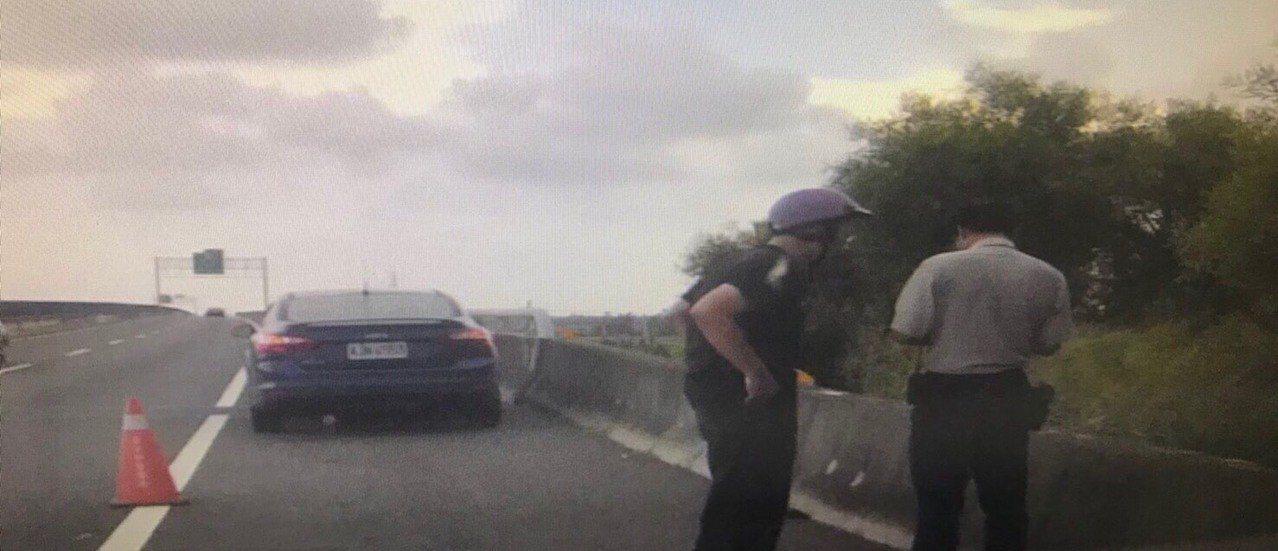 警方將這名騎機車誤闖快速道路的阿伯從內車道救到路肩來。圖/北港分局提供