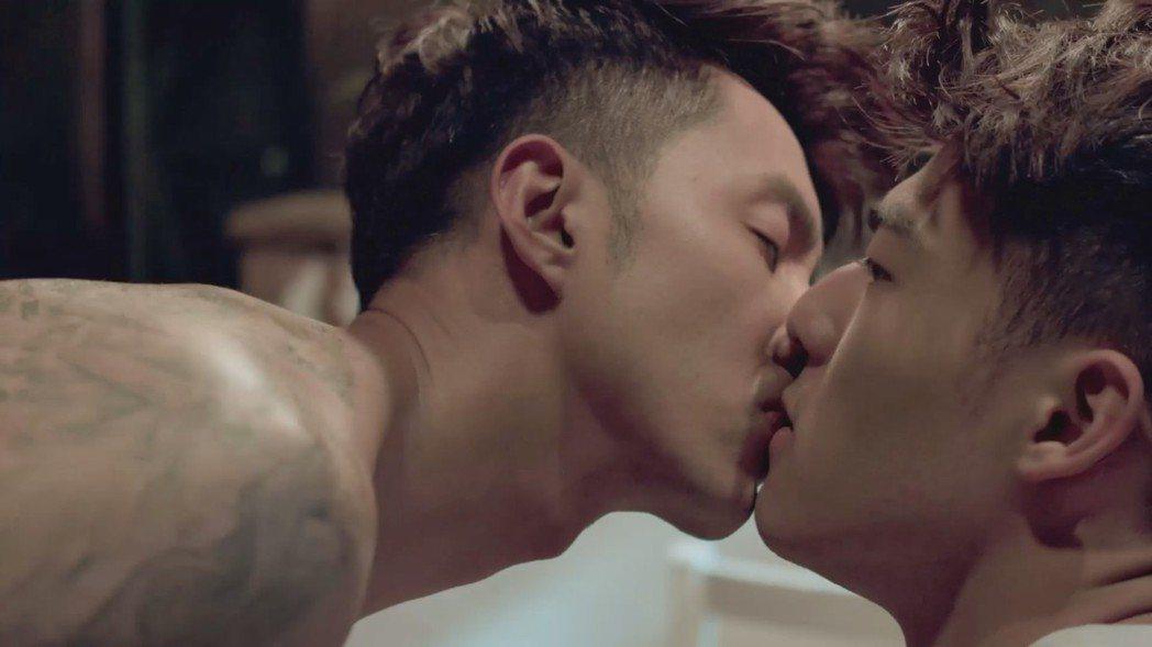 陳昊森(右)與張雁名在「美男魚澡堂」中有男男吻戲。圖/KKTV提供