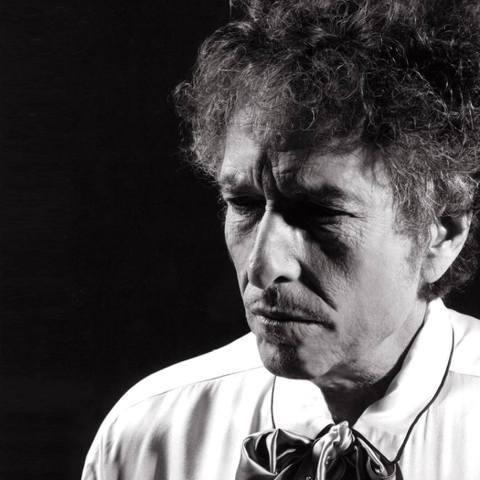 77歲西洋傳奇歌手巴布狄倫2016年獲頒諾貝爾文學獎,創下音樂界首位獲獎創作歌手的紀錄,瑞典學院盛讚他的歌曲是「聽者耳中的詩篇」。他闊別台灣7年,同時也是得獎後,終於在2日回到台北國際會議中心開唱,...