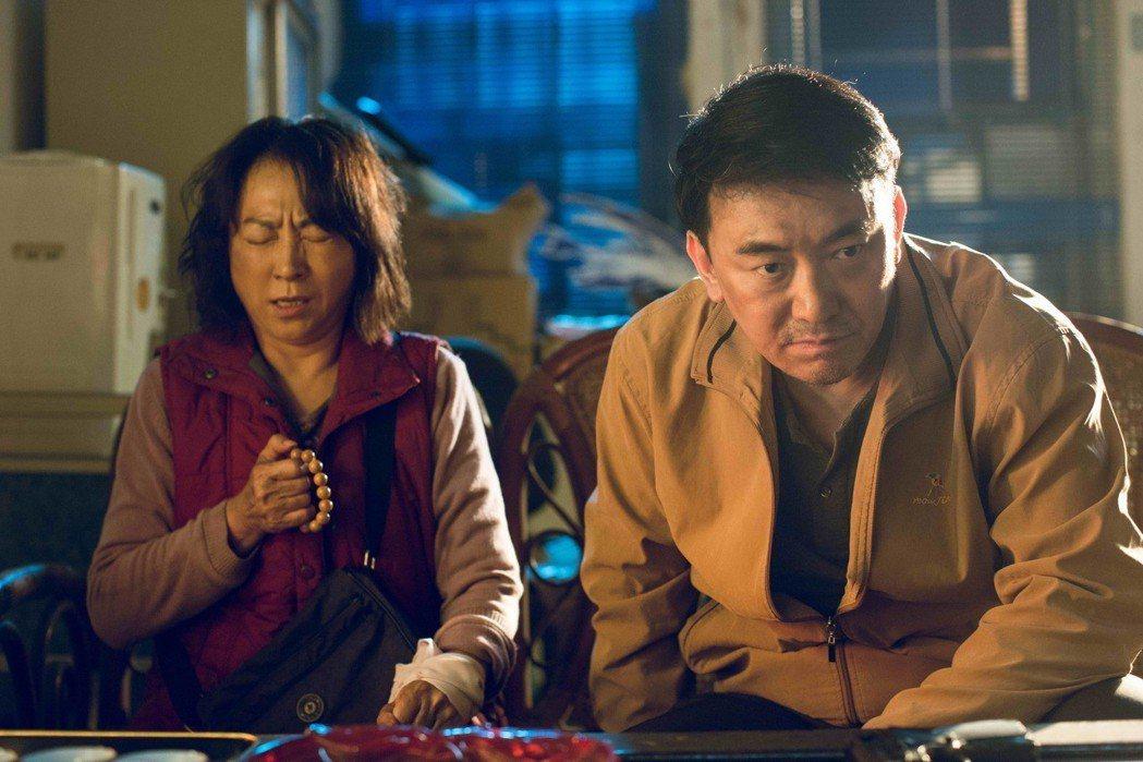 楊麗音(左)、徐亨合作「最後一次溫柔」。圖/公視提供