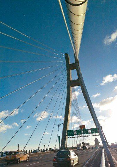 新北大橋扇形線條,拍起剪影美極了,經常吸引攝影愛好者駐點取景。 記者魏翊庭/攝影