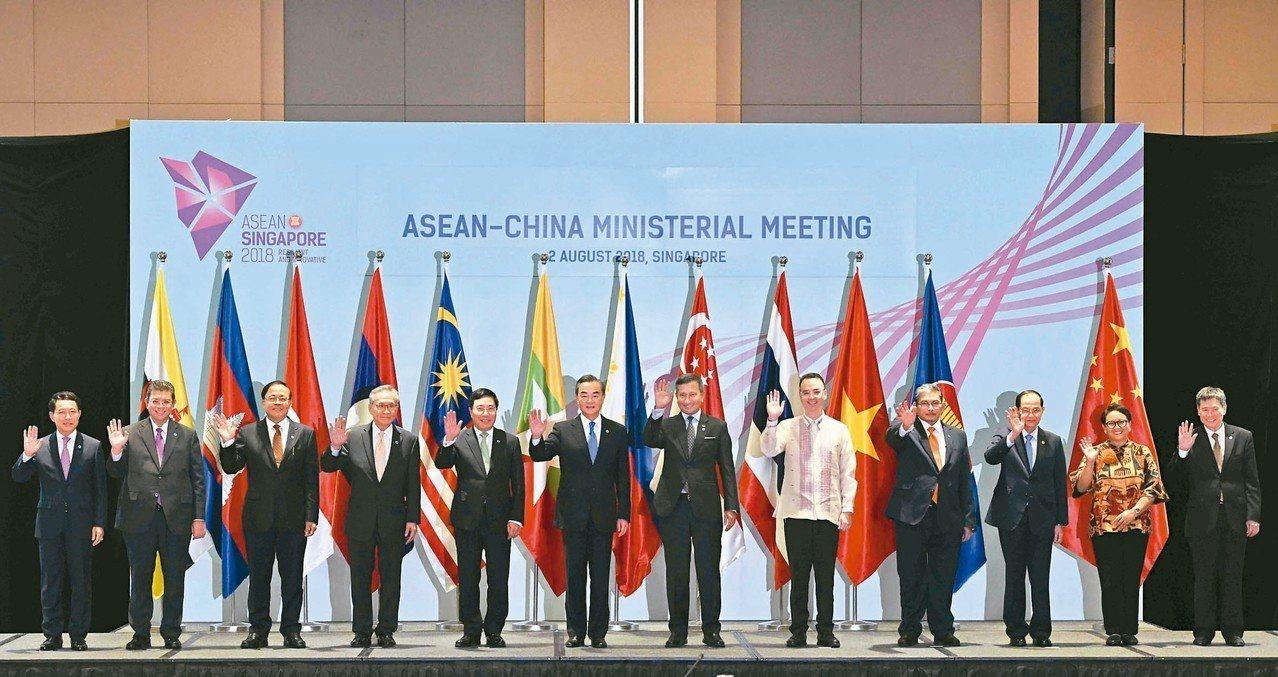 東協與中國外長會議二日在新加坡舉行,大陸外長王毅(左六)與東協各國外長合影。 (...