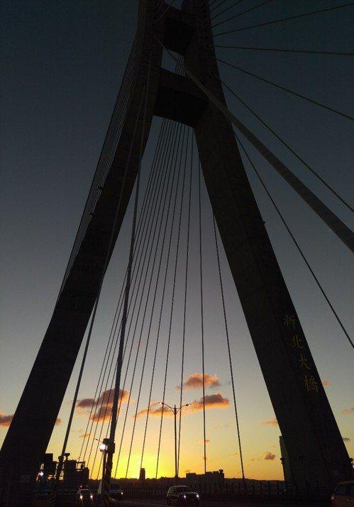 新北大橋本身的扇形線條,拍起剪影很好看。記者魏翊庭/攝影