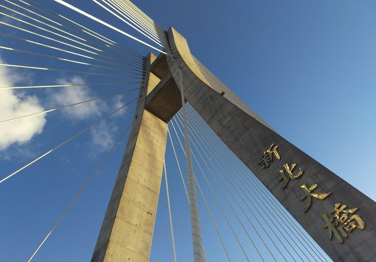 新北大橋橋頂很高,並有多條線扇形向下,遠看好看,近看是另一種壯觀。記者魏翊庭/攝...