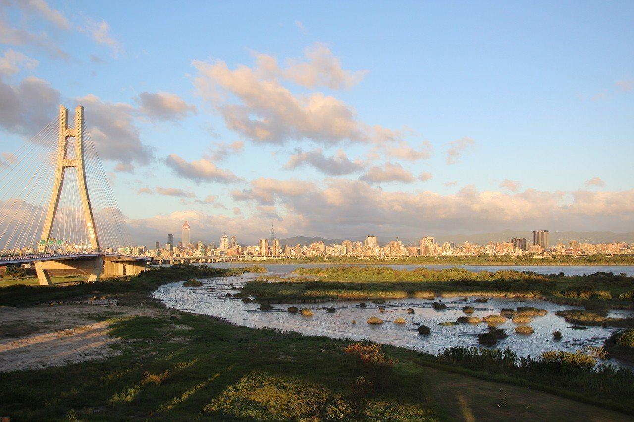 新北大橋的景色得天獨厚,有河堤、淡水河、小綠洲、數座橋、城市高樓和遠山,目不暇給...