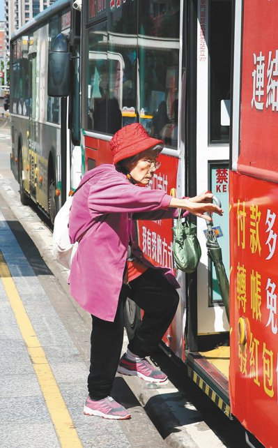 全台每天有兩百多萬人依賴公車往返各地,其中老人與學生是最主要的族群。在高齡社會中...