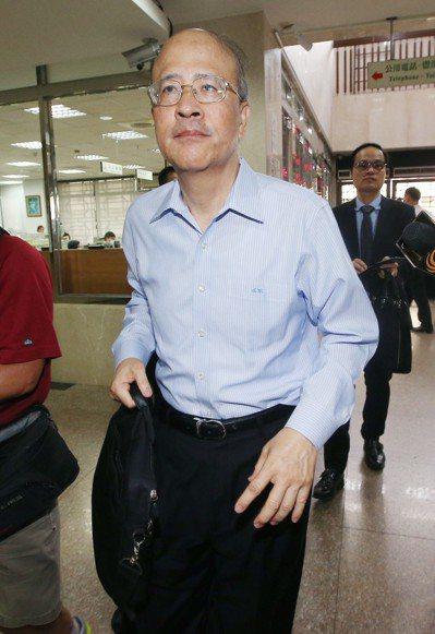 台北地院上午針對三中案再度開庭,審理有無解除境管必要,前中投總經理汪海清出席時不...