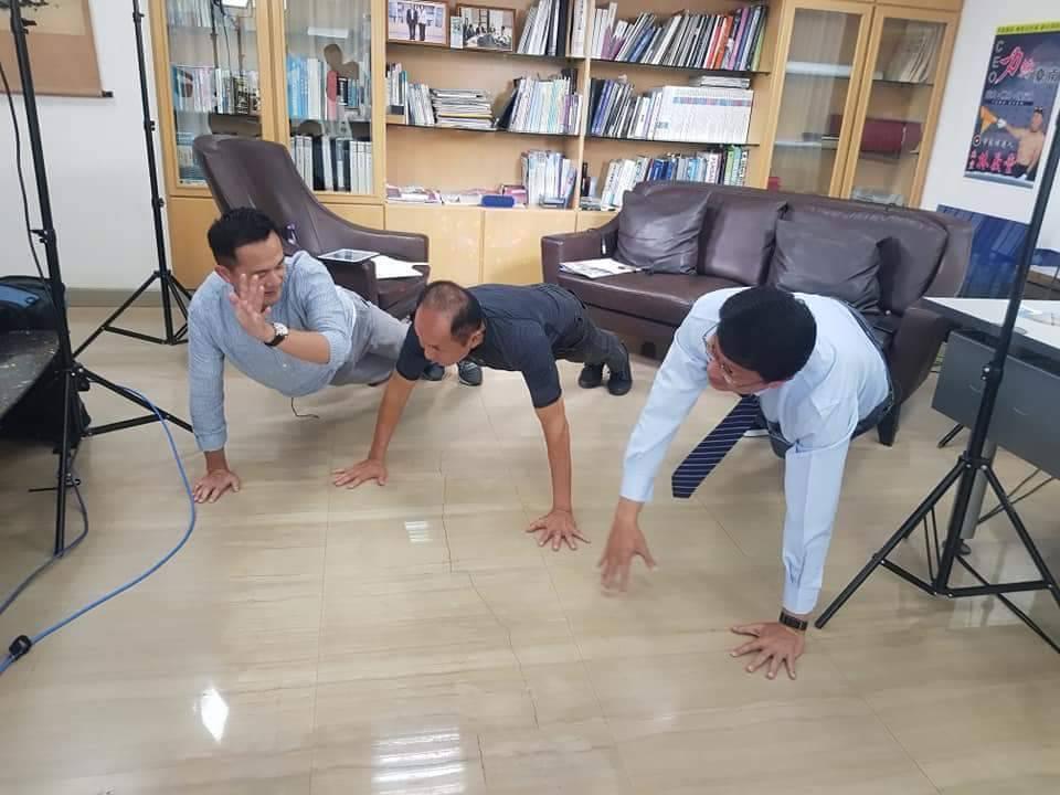 主持人與謝龍介陪林義豐一起做伏地挺身。記者石偉民、廖惠玲/攝影