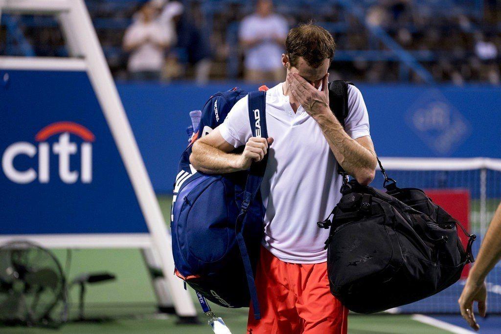 打到凌晨3點才獲勝,墨瑞賽後一度無法控制情緒的在場上落下男兒淚。 美聯社