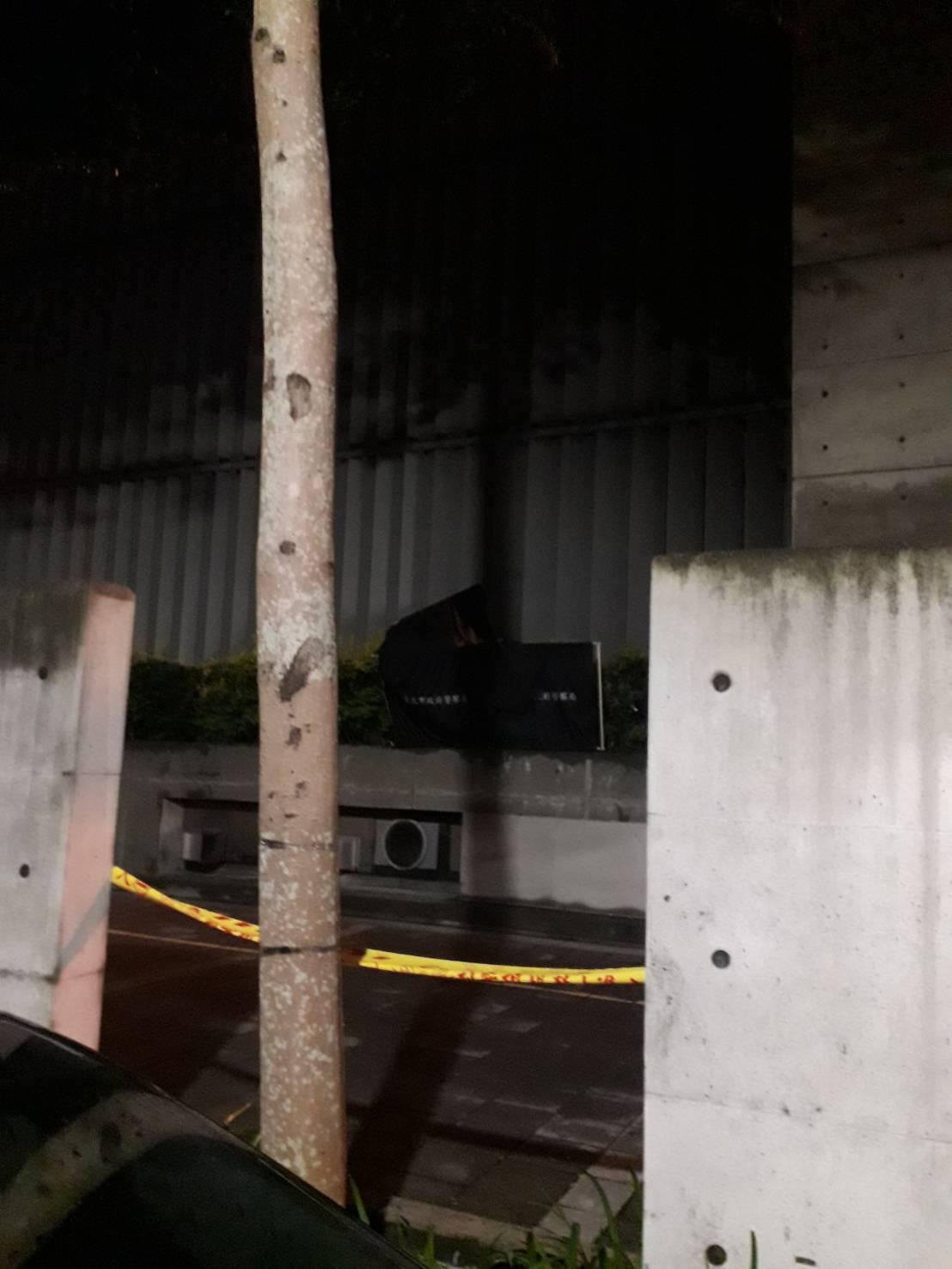 一名年約五十多歲的男子,從實踐大學九樓墜下。 記者李承穎/攝影