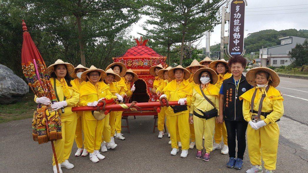 苗栗縣西湖婦女神轎班30年前成立,在遶境、廟會展現活力。 記者胡蓬生/攝影