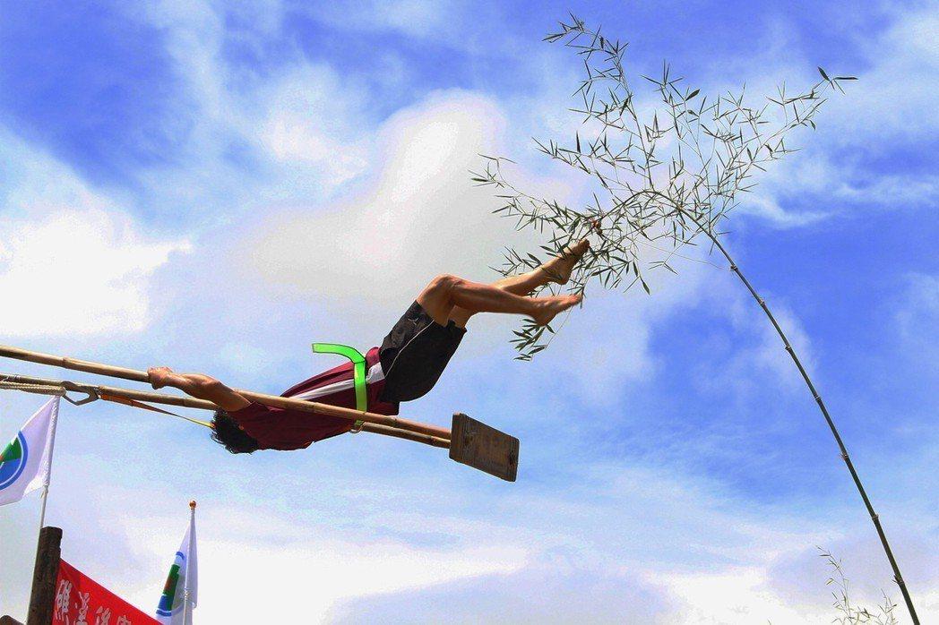 礁溪中秋民俗競賽盪鞦韆,2年前已正式開放給女性參加盪鞦韆。 圖/聯合報系資料照片