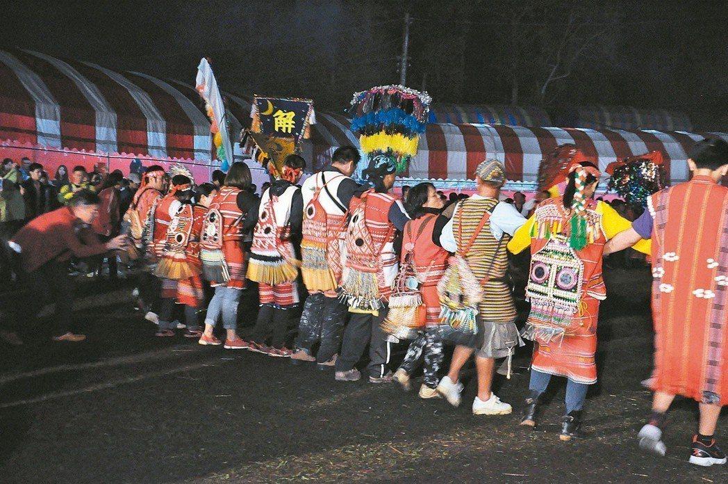 賽夏族巴斯達隘(矮靈祭)在共舞時不分男女,但內外祭儀由男性擔任主要角色。 圖/聯...