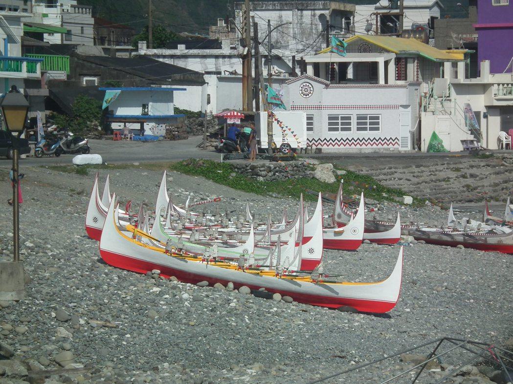 蘭嶼達悟族人每年招魚祭(rayon),灘頭上絕對禁止女性靠近或是觸碰拼板舟。 圖...