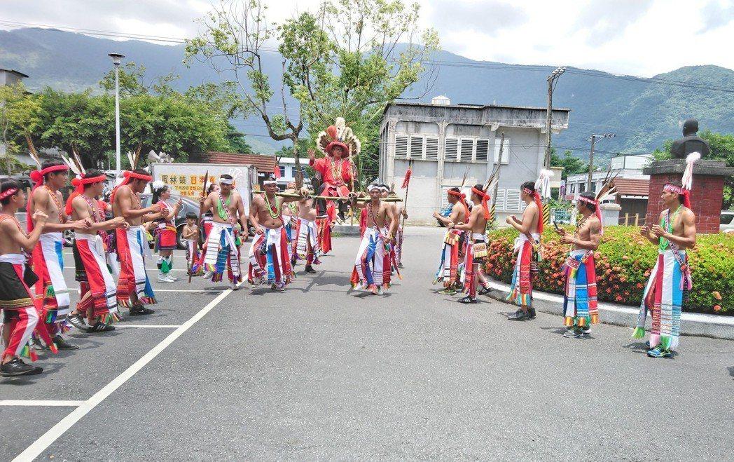 花蓮阿美族部落近日舉辦豐年祭,報訊息都由年輕男性勇士擔綱。 記者王燕華/攝影