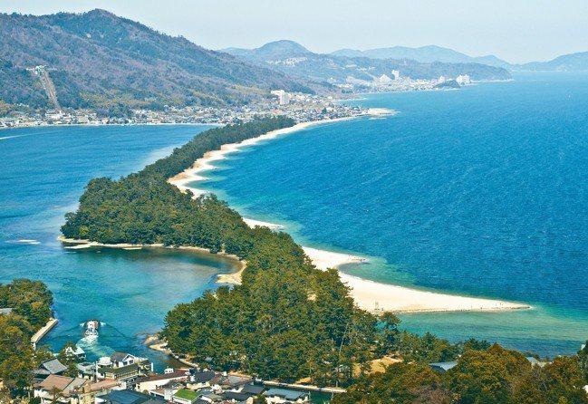 天橋立號稱「海的京都」,狹長沙洲上種有八千多棵松樹,蔚為奇觀。 圖/有行旅提供