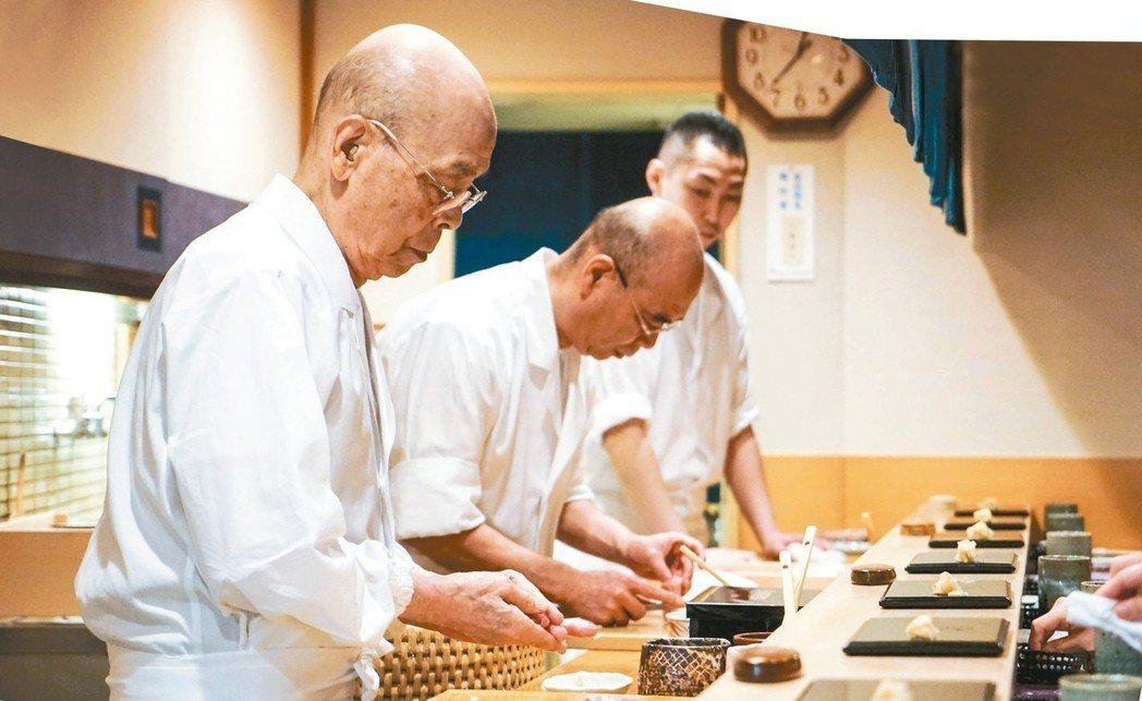 小野次郎(左)率兒子禎一(中)與助手合奏壽司樂章。 圖/Liz高琹雯提供