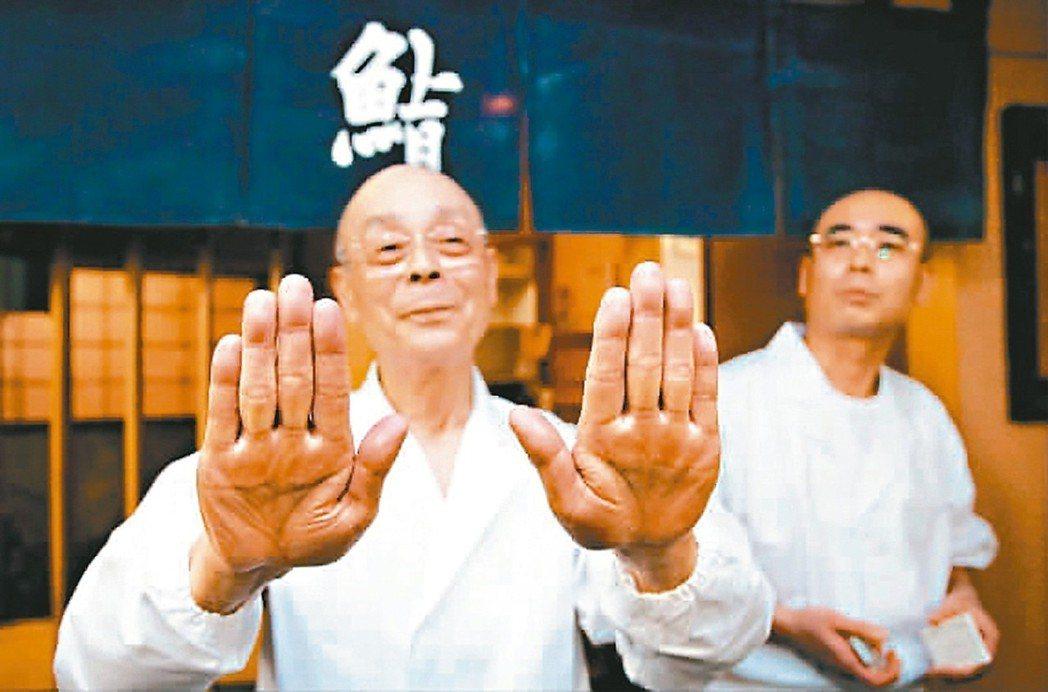 小野次郎(左)靠這雙手創造傳奇。 歐新社