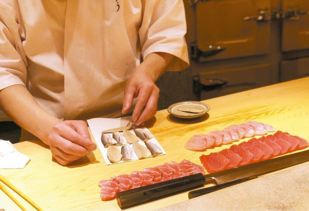魚料切好後攤在壽司檯上回溫,貼近舍利(醋飯)的溫度才捏成壽司。 圖/謝嫣薇