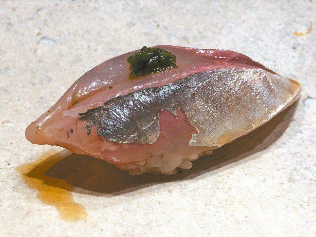 金坂真次的鰺魚(Aji)壽司,魚料會在中間剖一刀,鋪上提味的蔥蓉。 圖/謝嫣薇