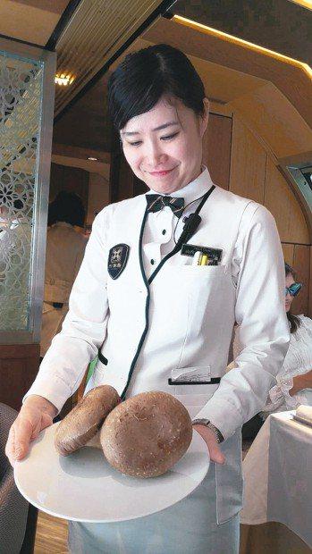 山內小姐展示北海道產的巨大國王香菇。 圖/梁旅珠