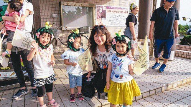 木造站來迎接列車的小女孩們,裝扮成當地可愛吉祥物「田野妖精津輕將」。 圖/梁旅珠