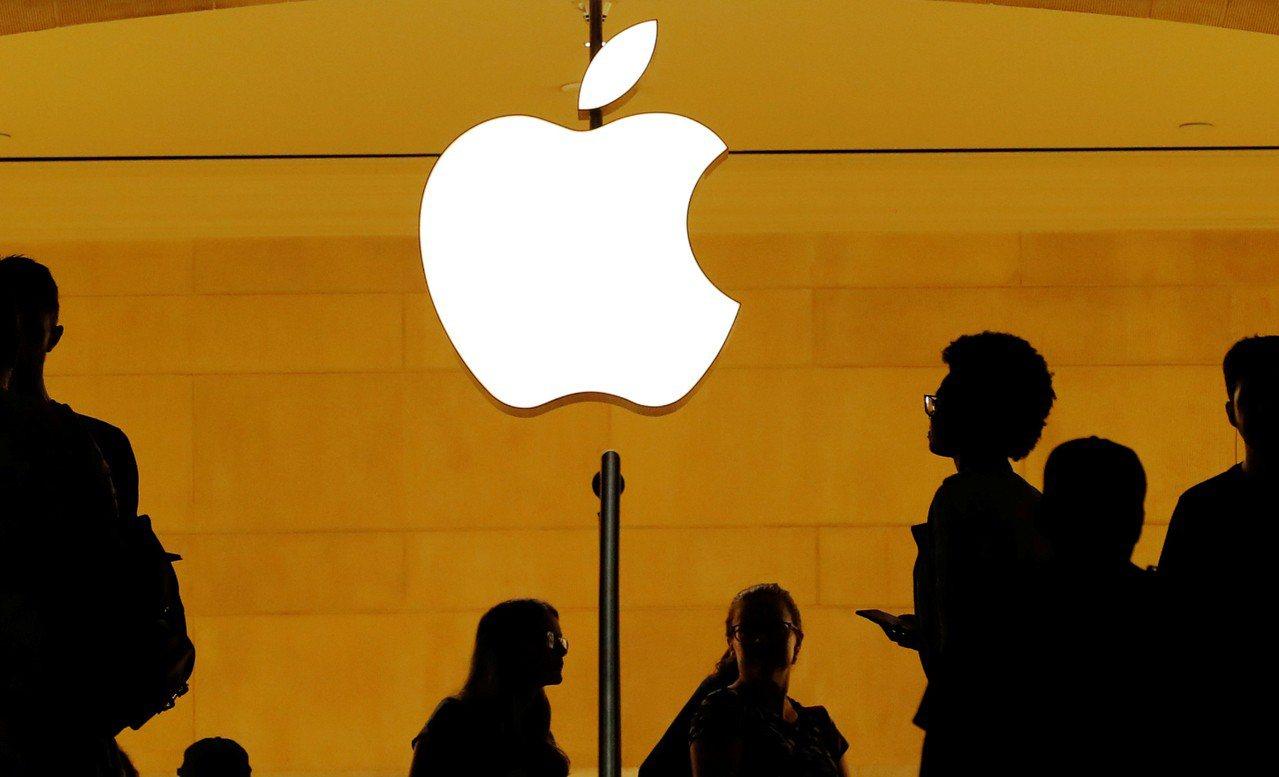 蘋果公司股價上漲到每股207美元,成為首家市值突破1兆美元的美國上市公司。 路透...