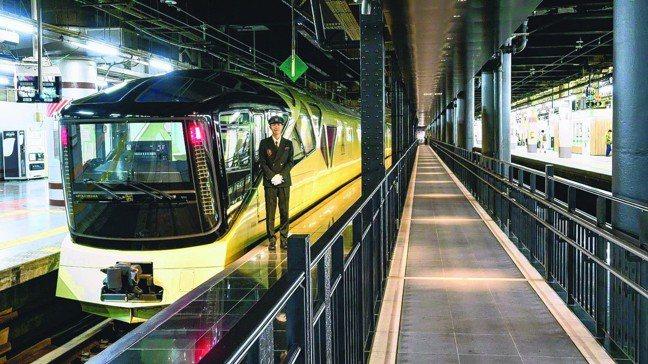 四季島列車與站在車頭迎接的車掌豐澤大輔 。 圖/梁旅珠