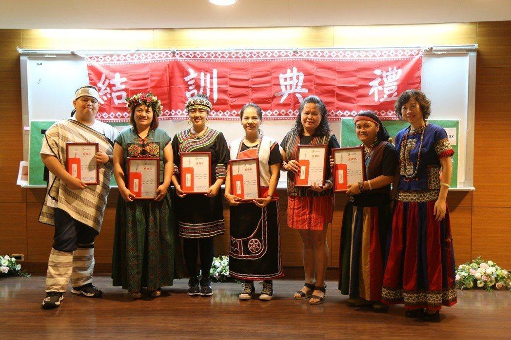 新聘族語教保員著傳統服飾參加結訓。 崑山科大/提供