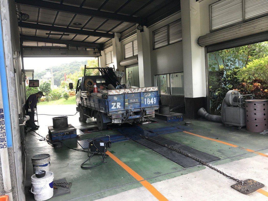 高雄市柴油車檢測站檢測情形。 高市府環保局/提供