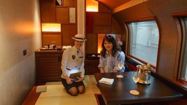 在702四季島套房與列車服務員山內小姐 。 袁世珮